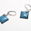 Boucles d'oreilles petits losanges émaillés de couleur bleu bondi et fines attaches dormeuses en argent