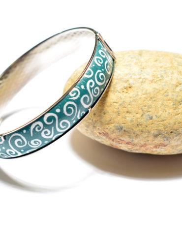 bracelet-email-peint-arabesque-vert-blanc-realisation-main-boutique-atelier-moissac