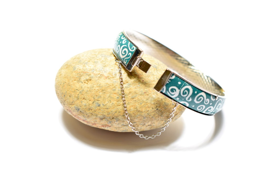 Bracelet en émail peint au motif arabesques et monture rigide en argent