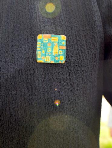 Broche carré en émail aux motifs patchworks