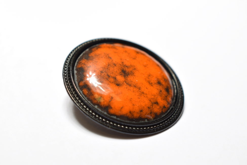 Broche ronde sertie en émail orange vif