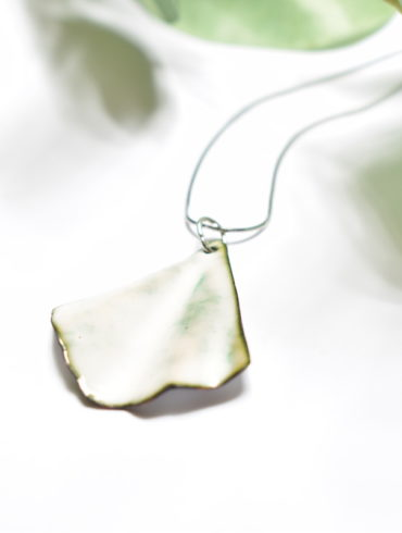 collier-feuille-ginkgo-blanche-email-original-beatrice-perget-moissac