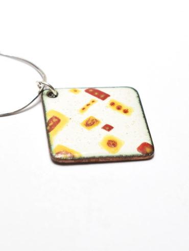 Collier-pendentif losange en émail peint aux motifs patchworks jaunes et rouges