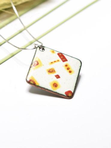 collier-pendentif-patchwork-blanc-rouge-jaune-emaux-creation-unique-moissac