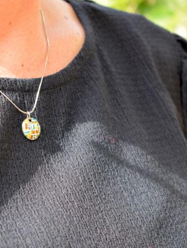 Collier pendentif petit rond motifs mosaïque en émail peint