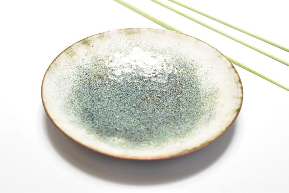 Coupelle émaillée sur cuivre de couleur bleu-gris et blanc