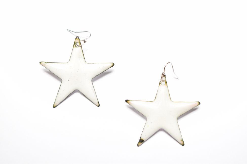 Boucles d'oreilles grandes étoiles blanches en émail