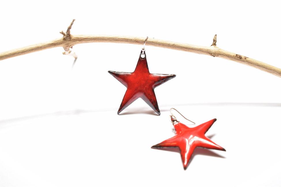 Boucles d'oreilles grandes étoiles rouges cerise en émail