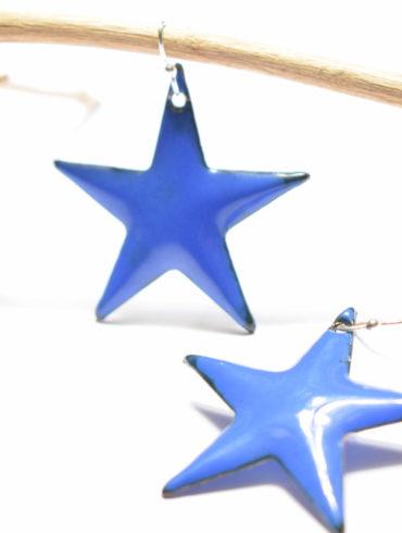 Boucles d'oreilles grandes étoiles bleu marine en émail