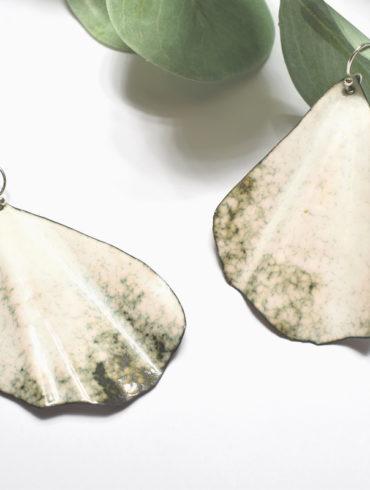 paire-boucles-oreilles-feuilles-ginkgo-blanches-email-boutique-atelier-moissac