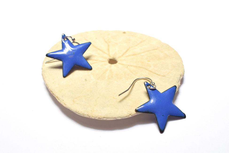Boucles d'oreilles petites étoiles en émail bleues marine clair