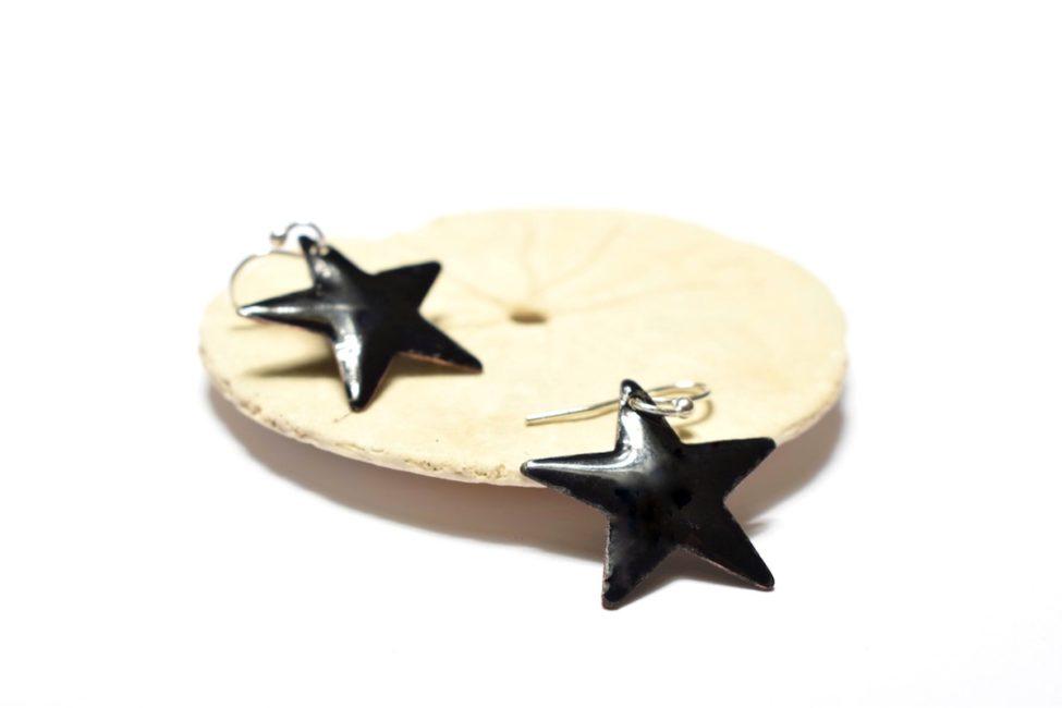 Boucles d'oreille petites étoiles noires en émail