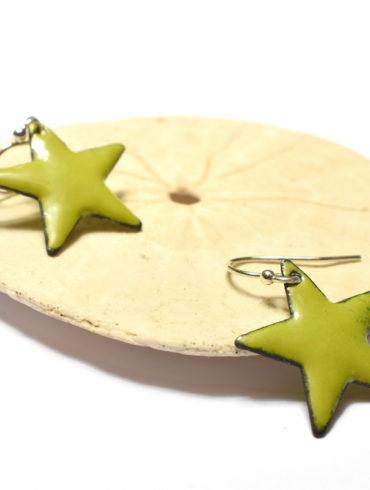 paire-boucles-oreilles-petites-etoiles-vert-clair-realisation-main-boutique-atelier-moissac