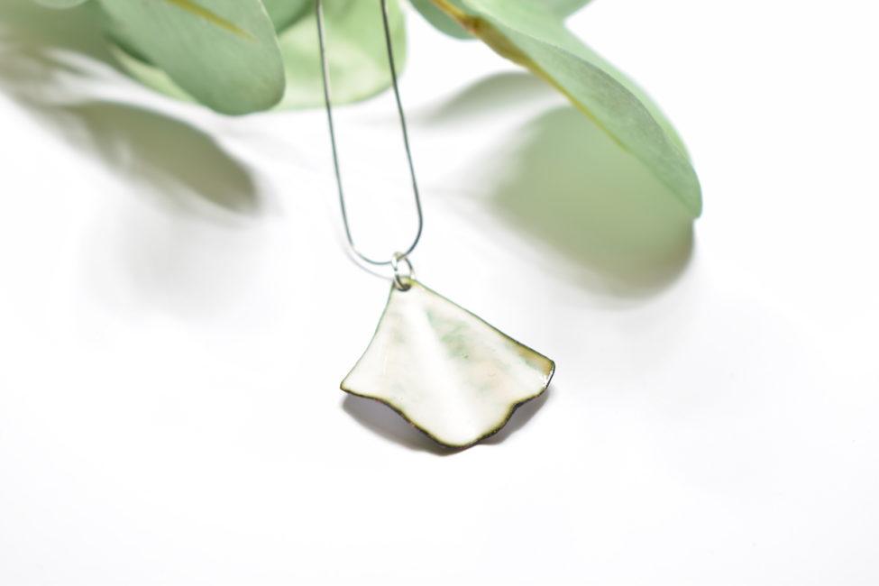 collier pendentif feuille blanche ginkgo