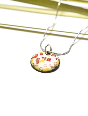 Pendentif petit rond en émail peint et motifs colorés jaunes et rouges