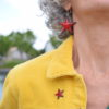 Petit pin's étoilé en émail, de couleur rouge
