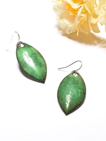 boucles-oreille-feuille-vert-fonce-artisanal-email-couleur-moissac-creation-au-fil-d-emaux-beatrice-perget