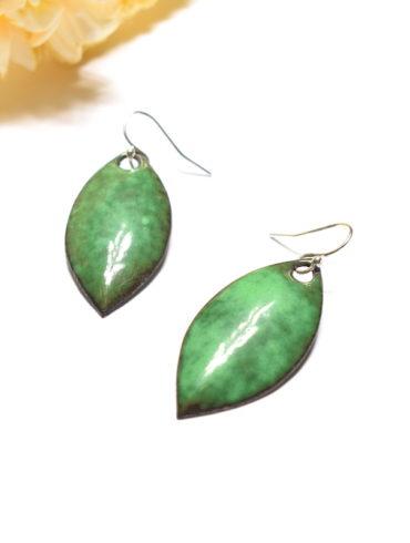 Paire de boucles d'oreilles en forme de feuilles vert foncé en émail