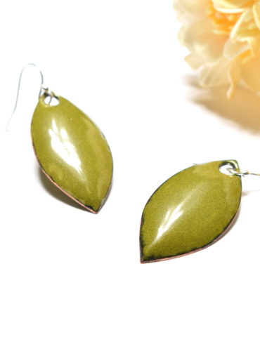 boucles-oreille-feuille-vert-olive-artisanal-email-couleur-moissac-creation-nature-aufildemaux