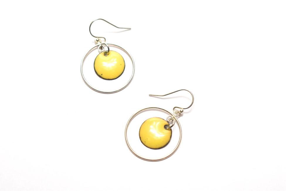 Boucles d'oreilles petits ronds émaillés de couleur jaune et créoles mobiles en argent
