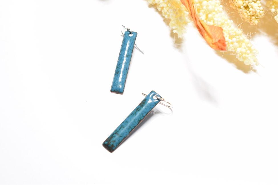 Paire de boucles d'oreilles en émail, de forme rectangulaire, de couleur bleu bondi