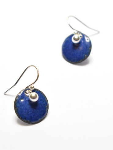 Paire de boucles d'oreilles petits ronds à perle en émaux, de couleur bleu indigo
